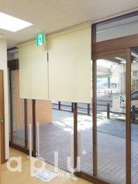 医院入口の自動ドア部分は、診療が終わった後にさっと目隠しができるように、ロールスクリーンで目隠しします。