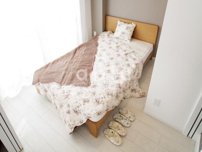 ベッドはシンプルスタイルのセミダブルです。<br /> <br /> お部屋を広くお使いいただけるように、全長が200cm以下とコンパクトなサイズを選びました。<br /> <br /> 床板はすのこタイプ、マットレスはボンネルコイル仕様でとても通気性に優れたベッドになっています。<br /> <br /> 寝具も花柄で合わせてかわいらしいお部屋になりました。<br /> <br />  <br /> <br /> ・セミダブルベッド:幅120×長さ199×高さ78 座高39cm