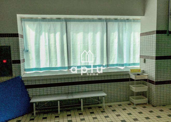 今回は窓が大きいのでメンテナンス性がよく、取り替えが簡単な「シャワーカーテン」を選択しました。<br /> <br /> 生地はもちろん防炎ラベル付きです。<br /> また、防カビ・撥水加工が施されておりますので、プールサイドでも安心です。<br /> <br /> さらにカーテンレールも、塩素が強く錆や劣化からできるだけ長く使えるステンレスのカーテンレールにステンレスのビスと設置部分にはシリコンコーキングで劣化の影響をより軽減しています。